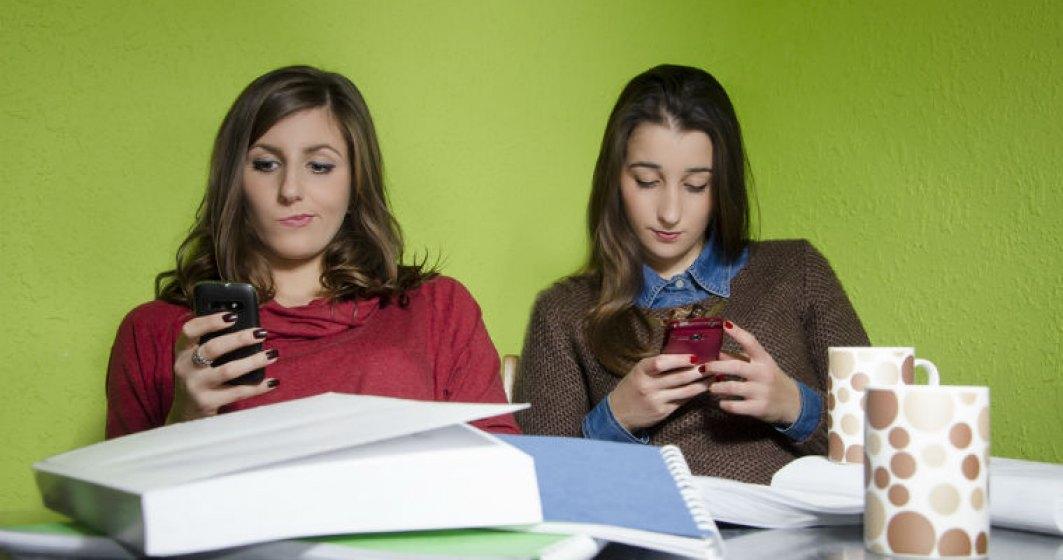 Cati romani pleaca din casa FARA smartphone la ei?
