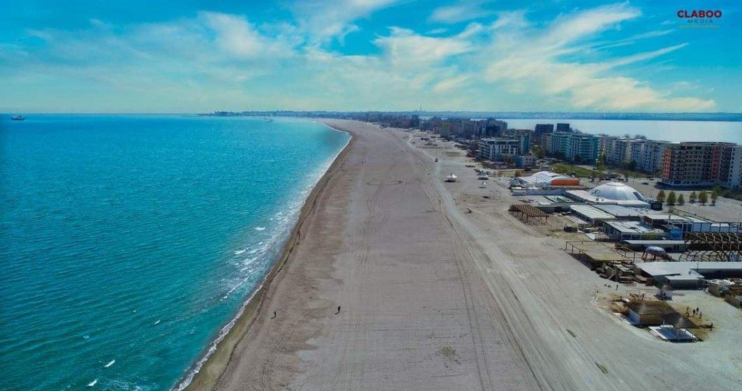 Șezlonguri mai aproape de apă pe plaja lărgită din Mamaia. Administratorii ar putea fi amendați