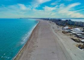 Șezlonguri mai aproape de apă pe plaja lărgită din Mamaia: administratorii ar...