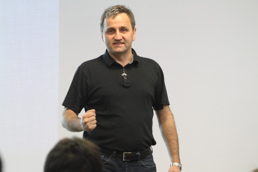 Andrei predând programatorilor noutățile C++