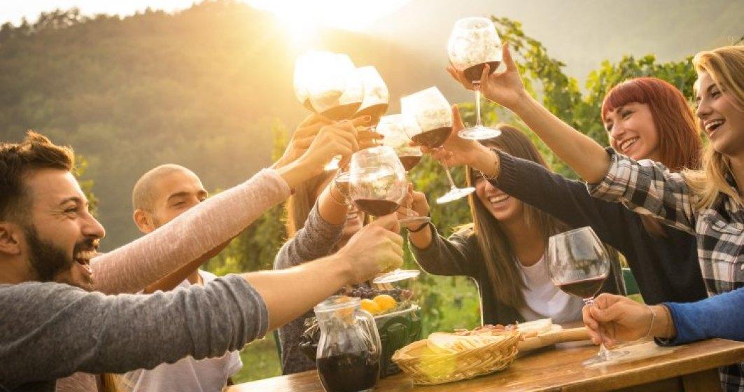 Romanii si vinul in restaurante: sunt tot mai educati, prefera sa plateasca mai mult si sa bea mai putin, dar nu-l comanda inca inainte de mancare