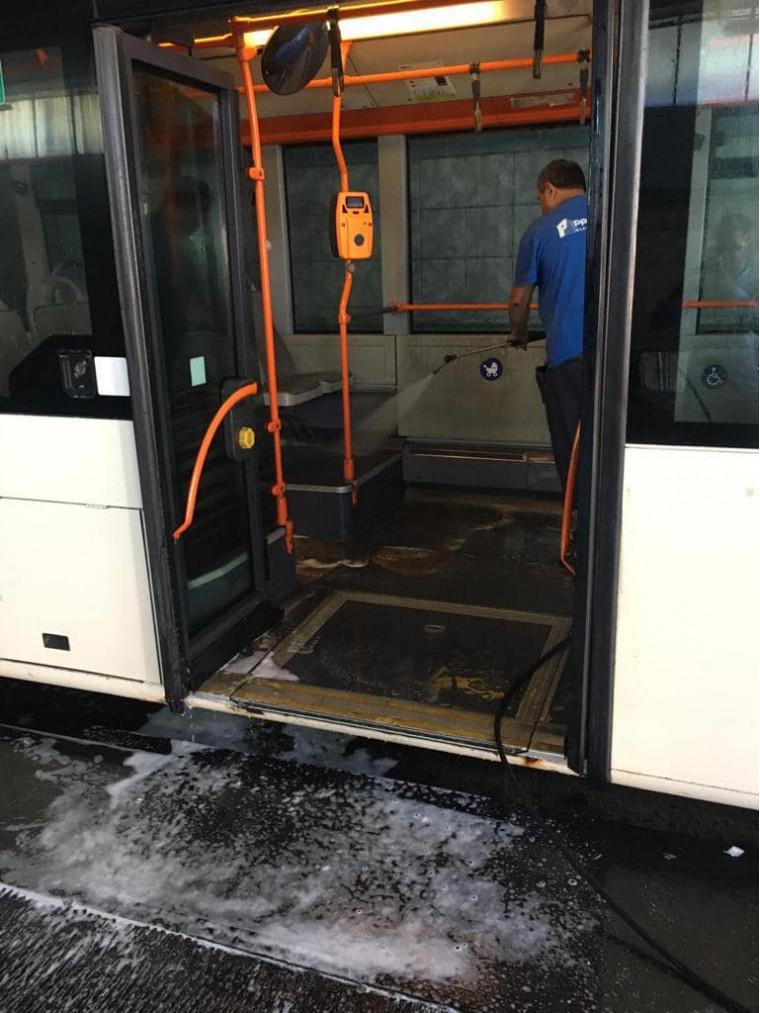 """FOTO   """"Weekendul curățeniei"""" în București. 300 de angajați STB curăță autobuzele și stațiile"""