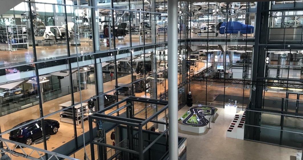 In vizita la fabrica de masini electrice a Volkswagen din Dresda, unde a fost prezentata in premiera mondiala matricea modulara pentru condusul electric, platforma folosita de viitoarea gama Volkswagen ID