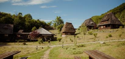 Cazare inedită în România: sate de vacanță pentru un concediu de poveste