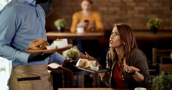 Restaurantul unde ești încurajat să te cerți cu chelnerii: Karen's Restaurant