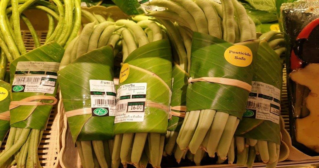 Viitorul in retail? Un supermarket din Thailanda a inlocuit ambalajul de plastic cu frunze de banane