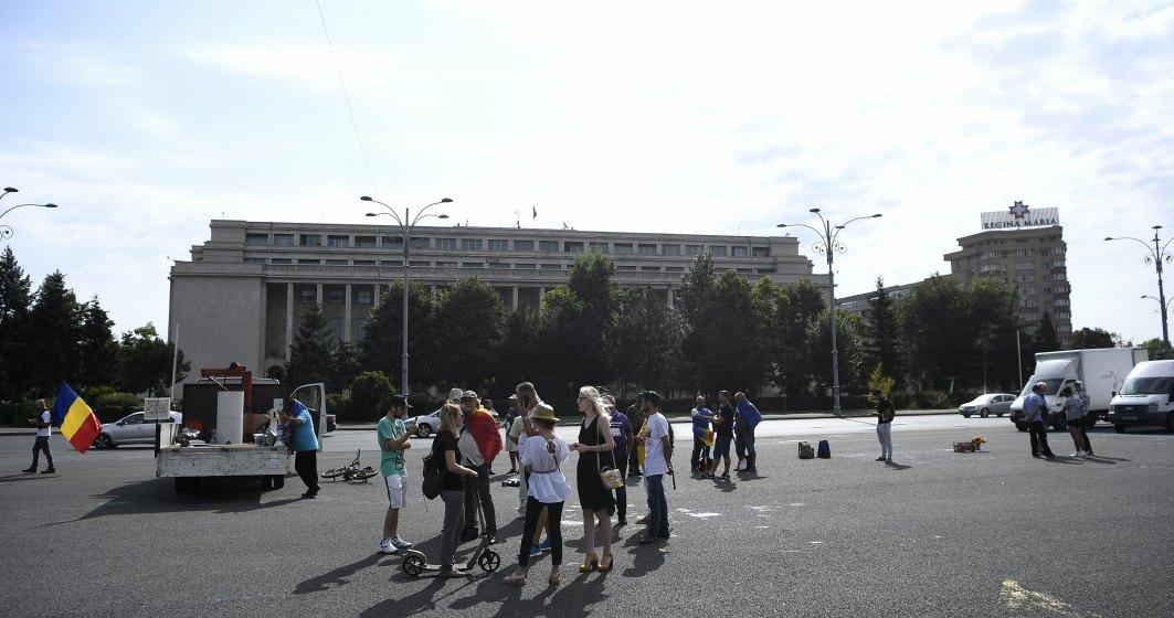 """Protest în fața Guvernului. Persoane promovate de propaganda Rusiei susțin un """"protest anti-dictatură"""" și care neagă existența coronavirusului"""