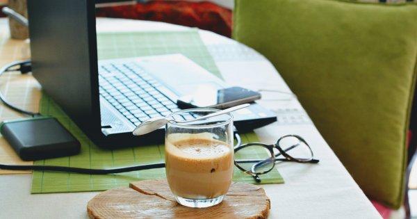 O companie cu 80.000 de angajați trece permanent la munca de acasă și program...