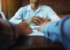 Ți-e frică să ceri o mărire de salariu? Cinci idei greșite despre negocierea...