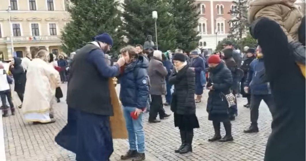 VIDEO În plină epidemie de coronavirus, Catedrala Ortodoxă din Cluj-Napoca împărtășește zeci de oameni