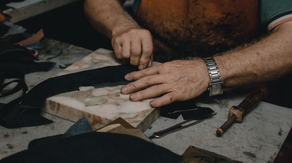 3. Tăbăcirea şi finisarea pieilor; fabricarea articolelor de voiaj, marochinărie şi încălţămintei; prepararea şi vopsirea blănurilor - 2.270